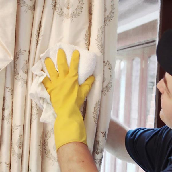 Обработка штор влажным полотенцем