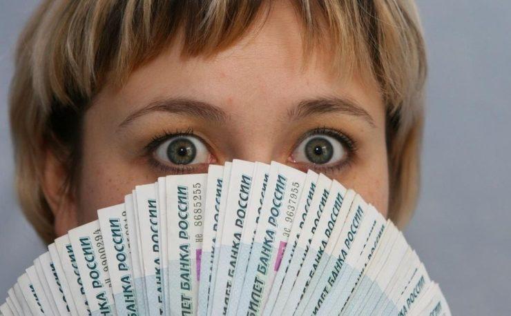Удивленная женщина и веер из рублей