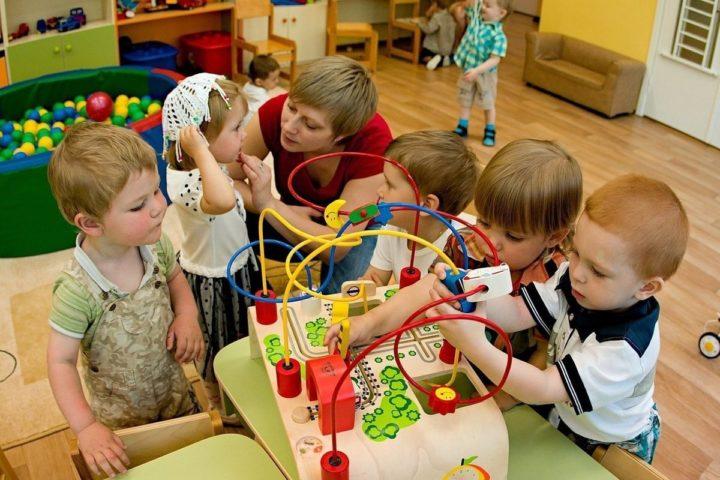 Воспитатель и дети в детском саду