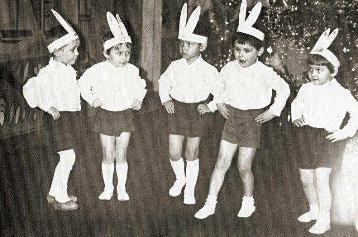 Советские дети в костюме зайцев на утреннике