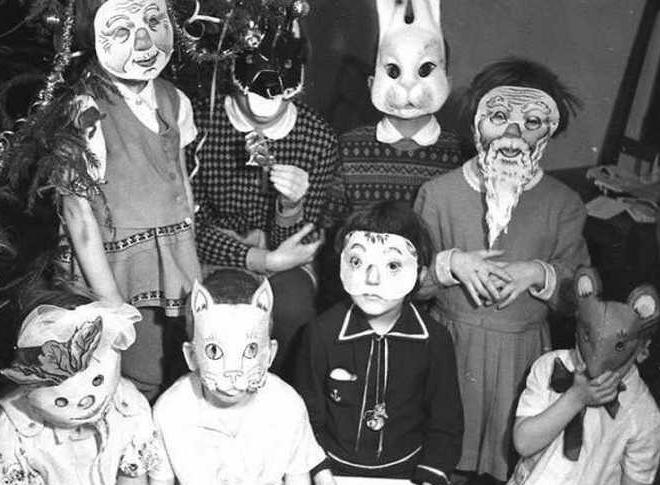 Советские дети в масках на утреннике