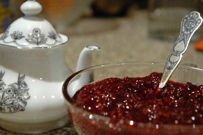 Заварной чайник и малиновое варенье в вазочке