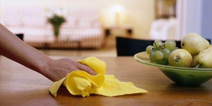 Вытирать стол тряпкой
