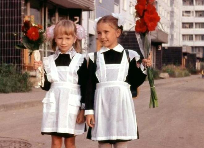 Советские школьницы с цветами