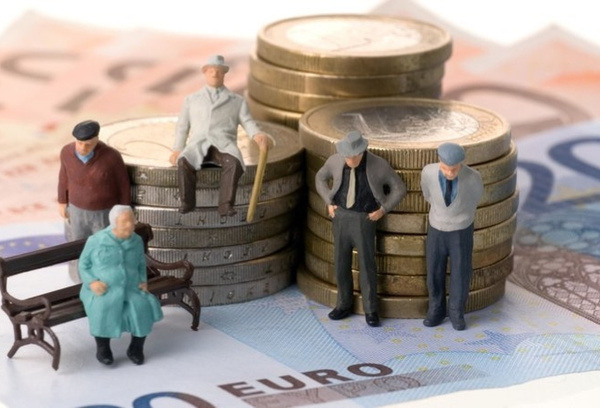 Фигурки пожилых людей на монетах и купюрах