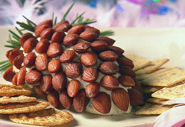 """Салат """"Шишка"""" с миндальными орешками и крекерами"""
