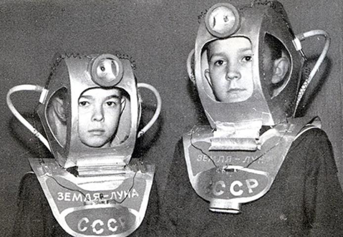 Советские дети в костюмах космонавта