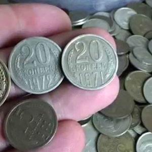 Советские монеты в руке