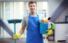 Парень с инвентарем для уборки