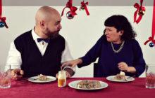 Пара недовольна едой, которую пробует