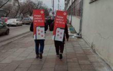 Два рекламщика на улице