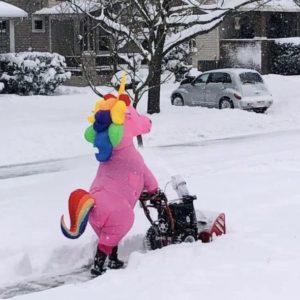 Человек в костюме пони с коляской на улице