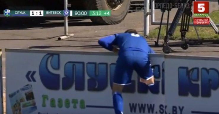 Футболист Сердюк застрял ногой в рекламном щите