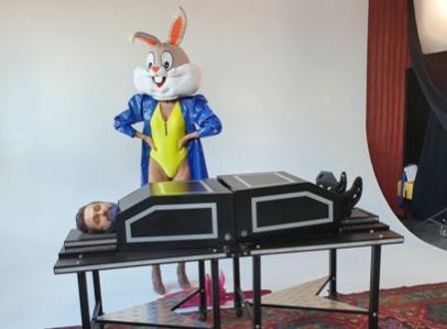 Музыкант Савельев в ящике и Бакс Банни