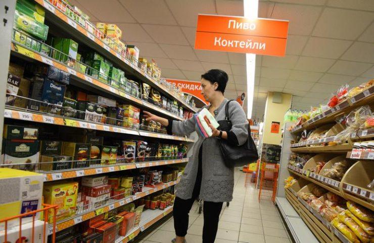 Женщина делает покупки в продуктовом магазине