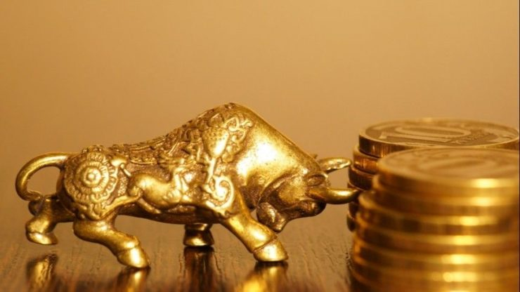 Статуэтка бодающегося быка и монеты