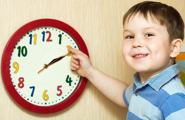 Малыш показывает на стрелки часов