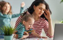 Женщина с ребенком на руках пытается работать