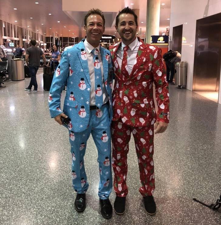 Мужчины в похожих костюмах