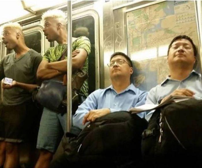Два похожих мужчины и два близнеца в метро