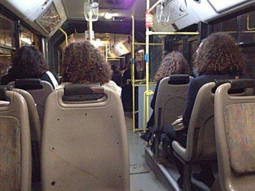 Четыре кудрявые девушки в автобусе