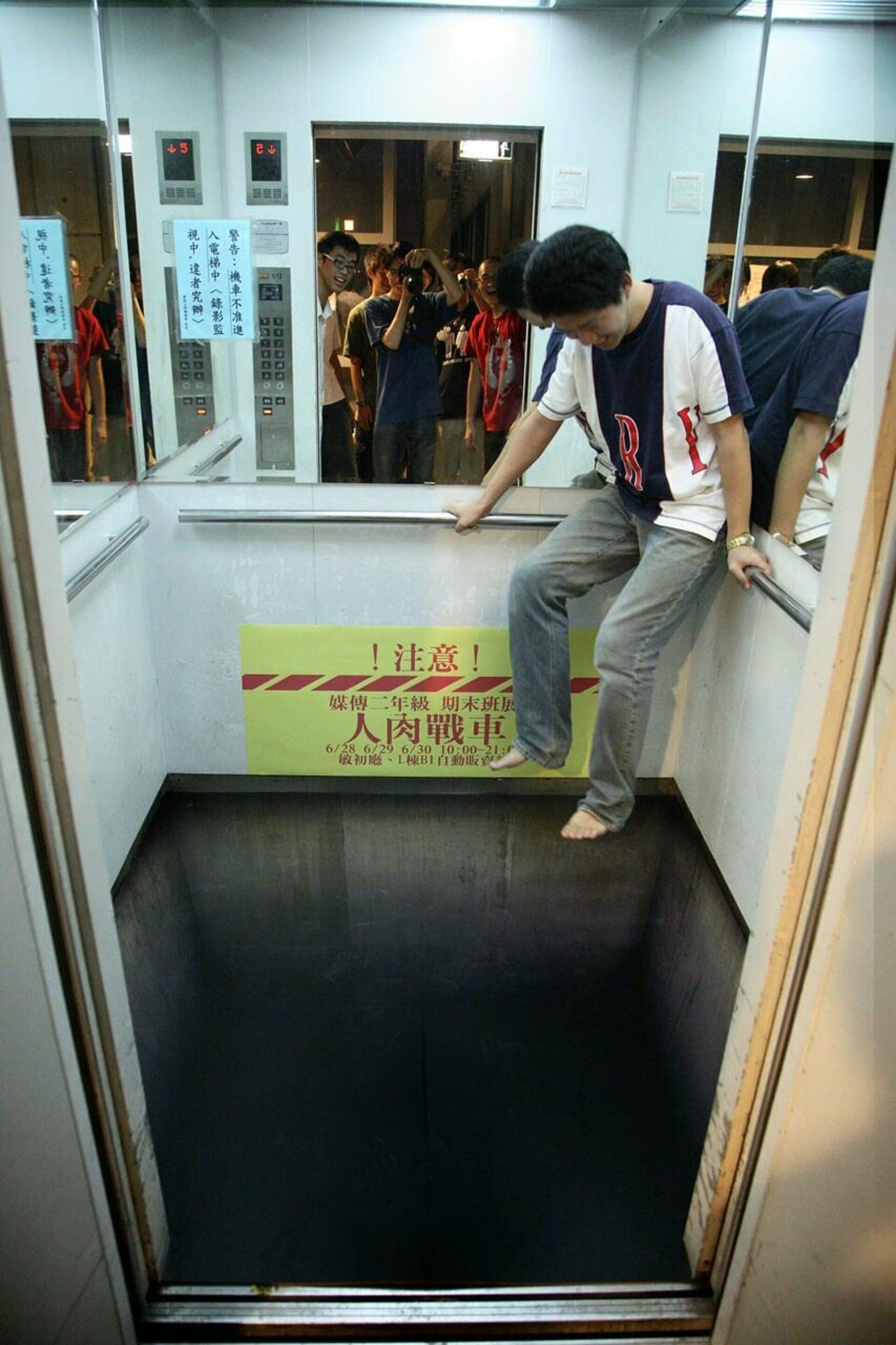 3D-эффект в лифте и мужчина