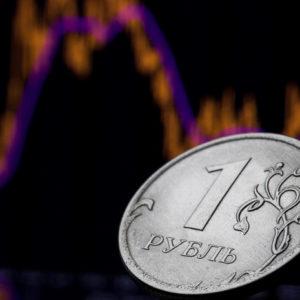 Железный рубль на фоне графика флуктуации
