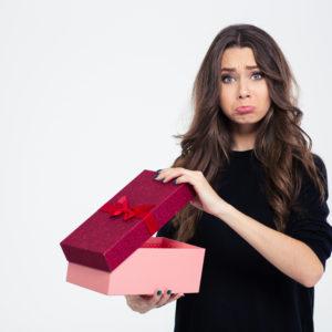 Недовольная подарками девушка
