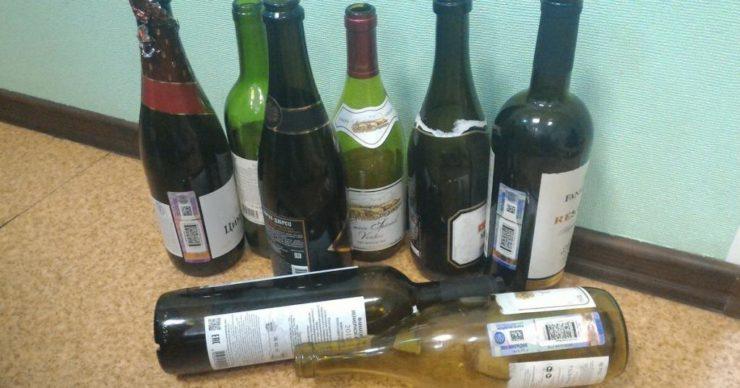 Пустые бутылки под стеной