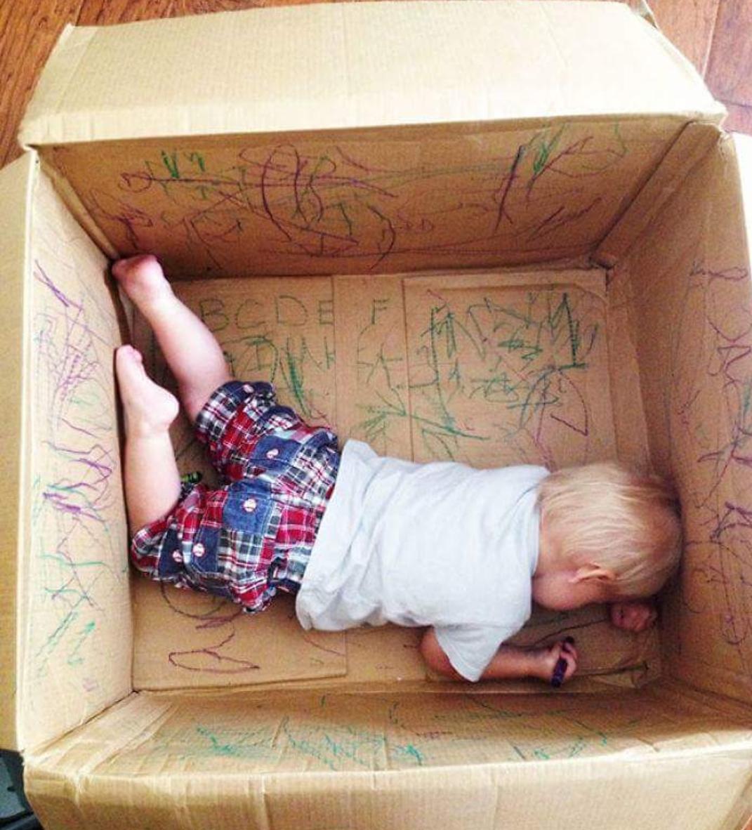 Уставший малыш заснул в разрисованной им же коробке