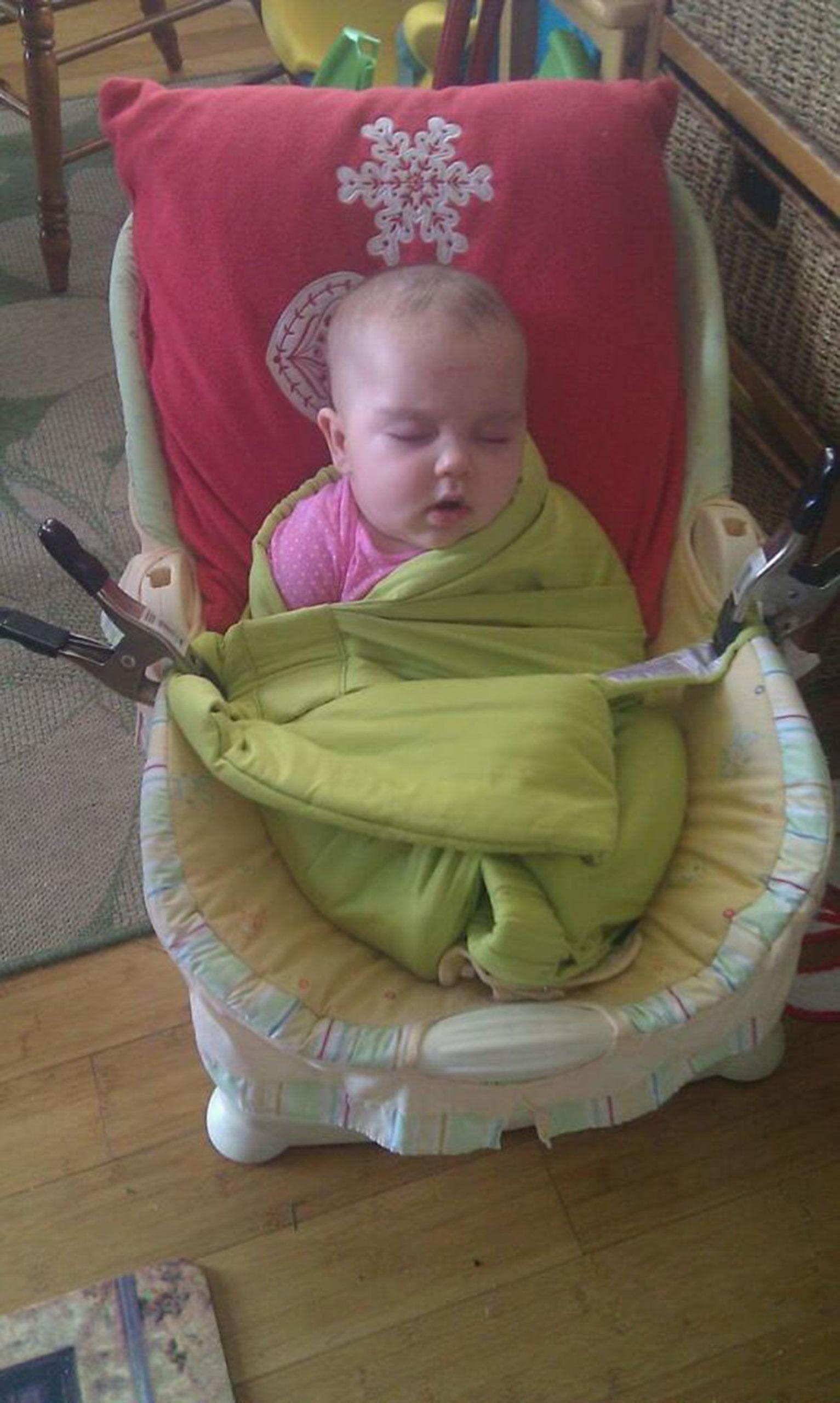 Малыш спит пристегнутый к детскому креслу