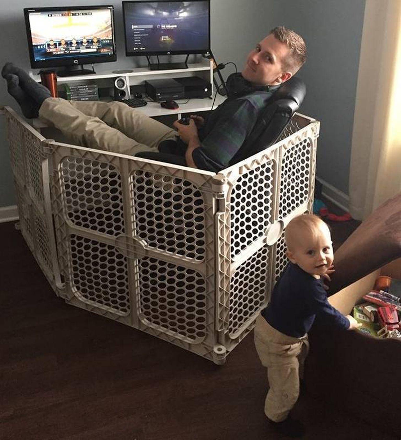 Папа за ПК в манеже, а ребенок играет возле