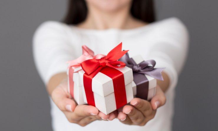 Девушка протягивает подарки