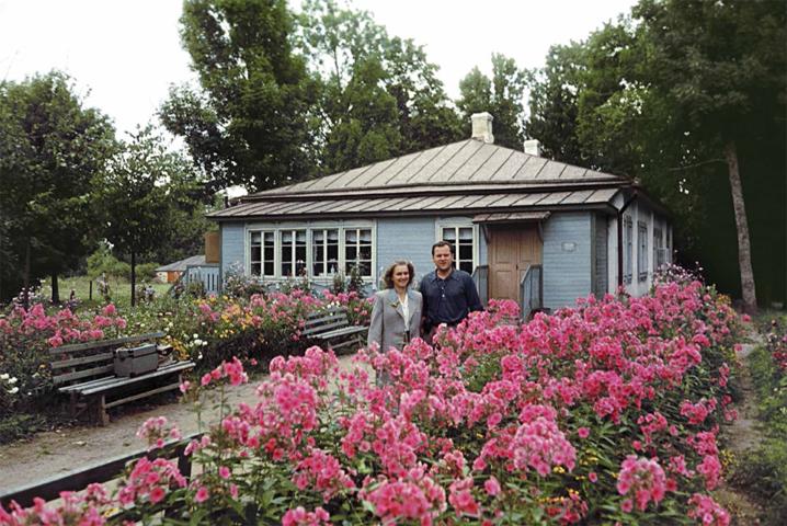 Семья дачников в цветущем саду