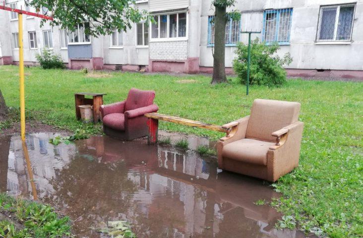 Два кресла в луже во дворе