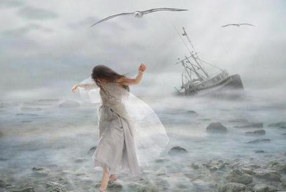 Девушка ступает по волнам