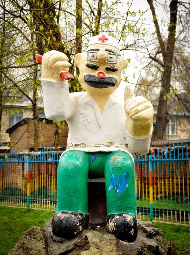 Фигурка Айфболита на старой детской площадке