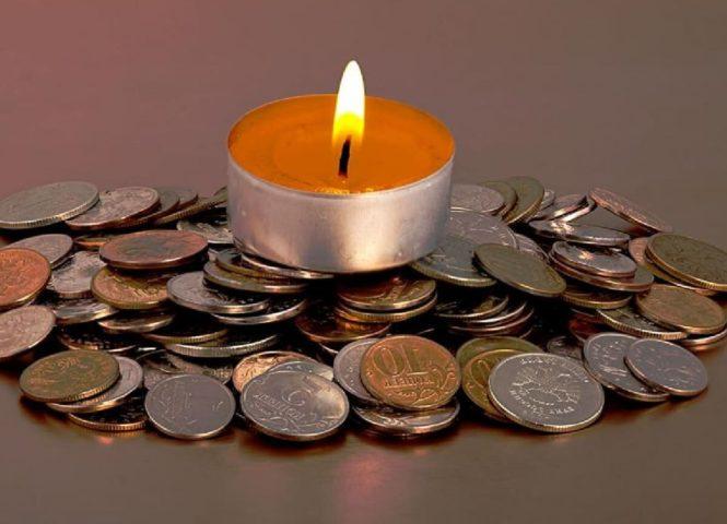 Свеча на монетах