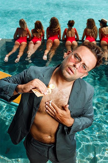 Сергей Косенко на фоне девушек в красных купальниках