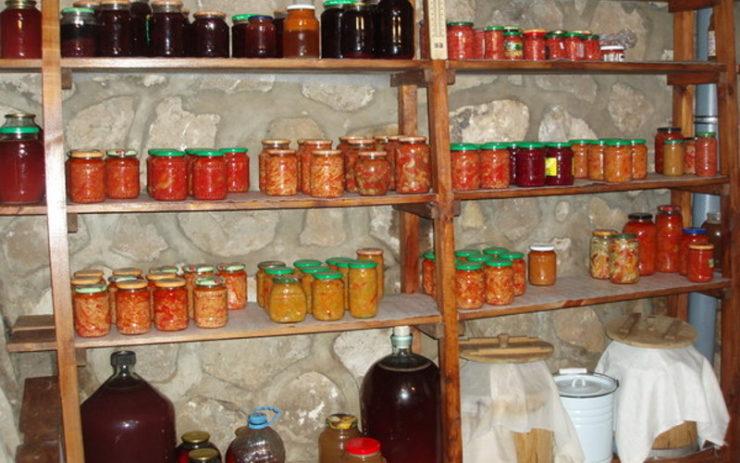 Домашняя консервация и заготовки в погребе