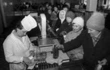 Продавец и покупатели в советском магазине