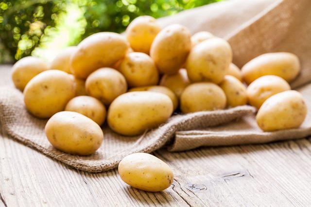 Клубни картофеля на мешковине