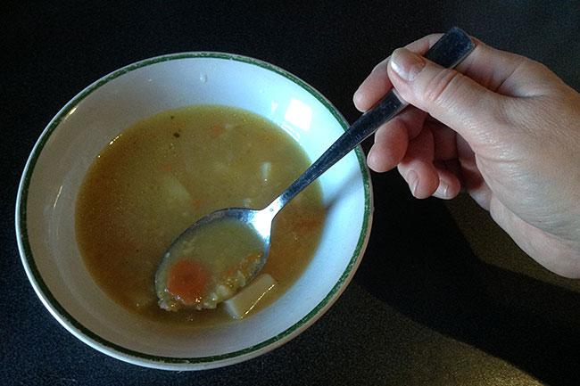 Больничный суп в тарелке