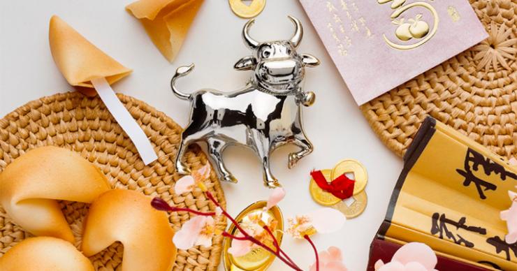 Серебряная статуэтка бычка и китайские пирожки с пожеланиями
