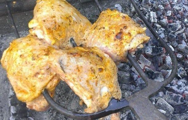 Куриные бедрышки на вилах вместо шампуров
