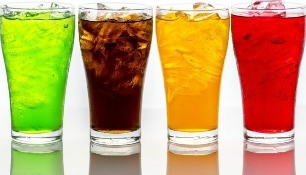 Разноцветная газировка в бокалах