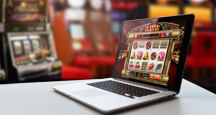 Ноутбук и онлайн-казино на рабочем столе